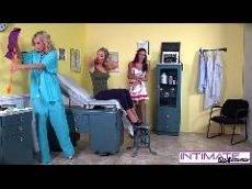 Medica e enfermeira lésbicas fodendo uma cliente em filme porno hd