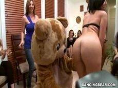 Orgia em festa feminina em filme porno