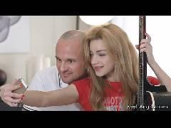 Ensinando a aluna a tocar violão e punheta