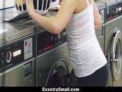 Fodendo a gostosa com vontade na lavanderia