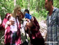 Levando as colegiais para a floresta e rebentando o cuzinho delas.