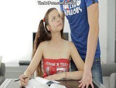Novinha magra com a bunda deliciosa com prazer de sentar no pau grosso cachorra danada da gosto quando o estudo e sexo