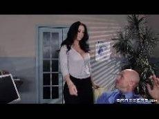 Patrão fodendo a esposa depois do trabalho cansativo penetrando na cachorra com força