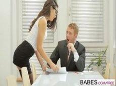 O empresario bacana fode com a nova secretaria safada que esta doida com o jeito do chefe