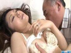 Asiatica da boceta cabeluda transando na cama