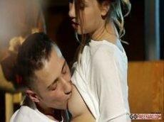 Casal jovem fazendo um sexo gostoso em um porno caseiro sensacional