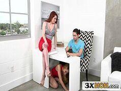 Filmes pornos com novinha ruiva chupando macho debaixo da mesa