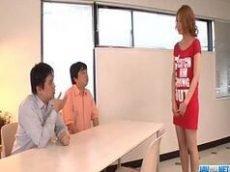 Japonesa safada chupando a piroca de um amigo enquanto da pra outro