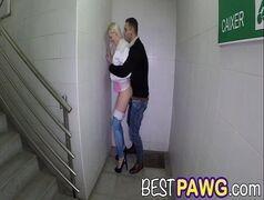 Jovem branquinha transando escondido no corredor