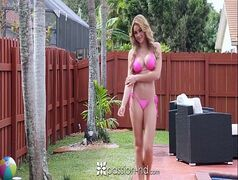 Jovem gostosa dando a bucetinha em um  filme porno online gratis