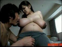 Jovem japa exibindo seus peitoes gostosos