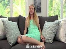 Loirinha vadia dando a buceta rosada no sofá