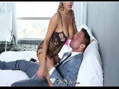 Mulher dos peitos gostosos dando forte no sofá