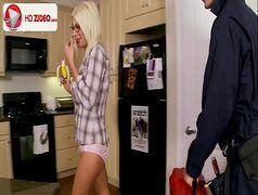 Mulher peituda dando a buceta gulosa na cozinha