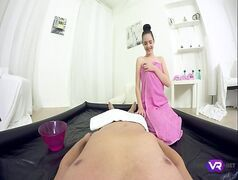 Ninfeta massagista sentando gostoso na piroca dura