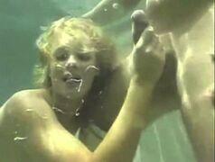 Putinhas manhosas pagando boquete dentro da piscina