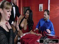 Sexo grates no meio do restaurante