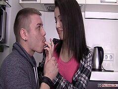 Branquinha da xoxota rosada fodendo com o namorado
