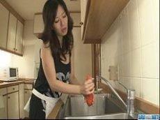 Cadela asiatica dando a buceta cabiluda na cozinha