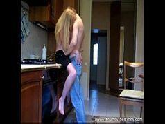 Casal adolescente fodendo gostoso na cozinha