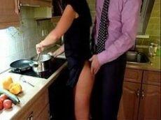 Comendo a buceta da esposa na cozinha