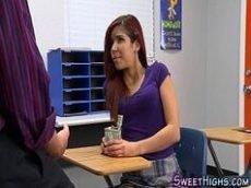 Estudante muito gostosa dando na sala de aula