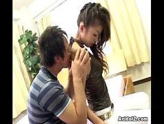 Garota da boceta cabiluda fodendo com vontade em casa
