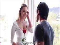 Garota morena dando a buceta rosada pro ex namorado que goza na sua cara