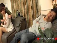 Japa tarada pagando um boquete gostoso enquanto o marido dorme