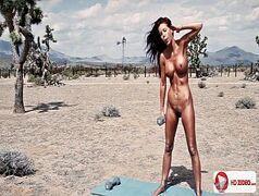 Jovem bronzeada peladinha na praia