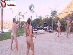 Jovens safados transando gostoso na areia