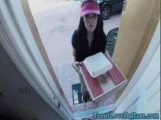 Novinha foi entregar a pizza e acabou sendo fodida pelo bem dotado