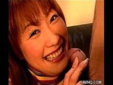 Oriental viciada em chupar mamando cheia de vontade
