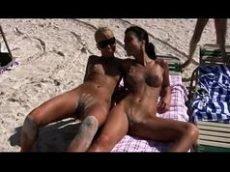 Amigas na praia de nudismo
