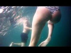 Filmando o pacote da amiga debaixo da agua