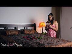 Kobe Sara de vestidinho rosinha e sua amiguinha no quarto