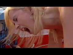 Loira gritando de dor no sexo anal