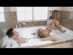 Mulher morena nua dando na banheira com novinho espinhando no Brazzers