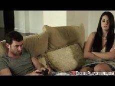 Namorada gostosa não quer deixar seu namorado jogar um game
