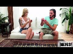 Ryan Riesling bela loirinha trepando no sofá