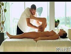 Aquela massagem na morena gostosa do jeitinho que ela gosta