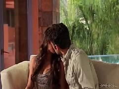 Beijando a safada da mulher que é muito linda antes de colocar ela para mamar