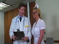 Boquetes com o médico pilantra colocando a bela enfermeira para mamar