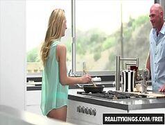 Careca pega a loira gostosa e cavalona na cozinha para levar para o quarto