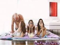 Careca sortudo comendo três ninfetinha ao mesmo tempo no chão