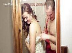 Casal começa a putaria dentro do banheiro
