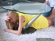 Casal começa uma trepada de forma estranha debaixo da mesa de vidro