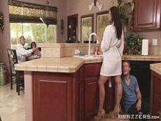 Chupando o cu da coroa no meio da cozinha
