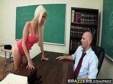 Colegial gostosa seduzindo seu professor dotado