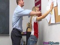 Comendo a novinha na sala de aula